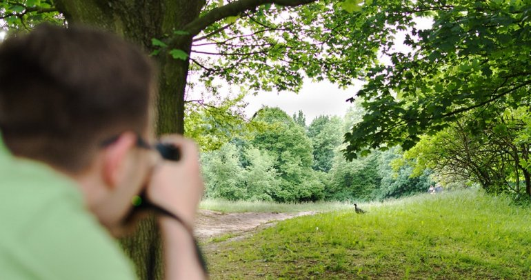 Ornitolog podczas prowadzenia nadzoru ornitologicznego w warszawie. Monitoring ornitologiczny ptaków.